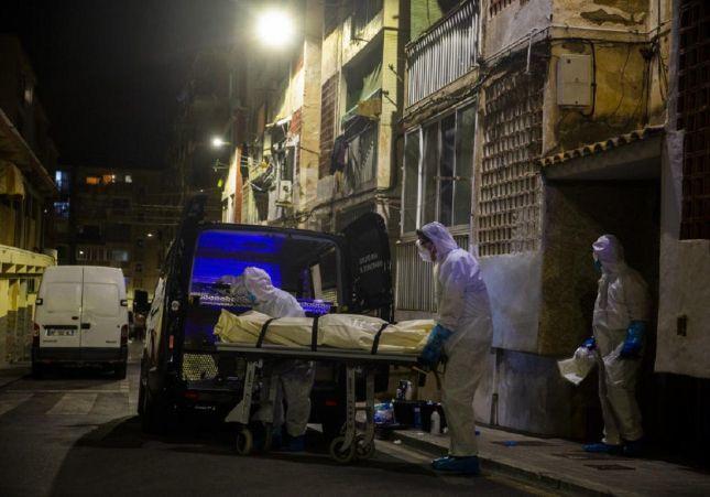 Hallan a una pareja muerta hace meses por coronavirus: el mal olor alerta a los vecinos
