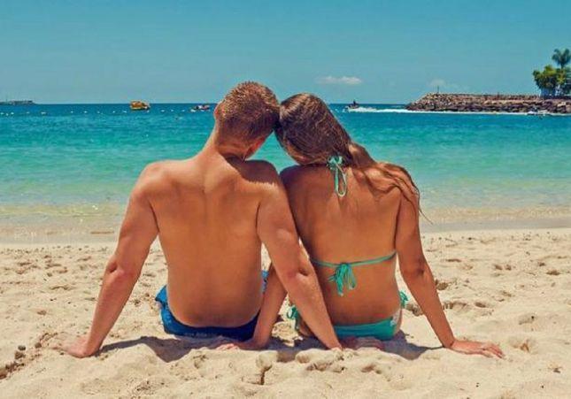 Una pareja practica sexo en medio de la playa, a plena luz del día y delante de niños