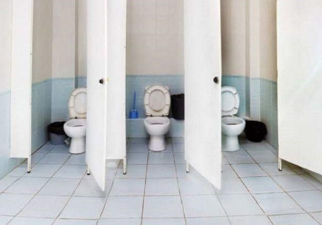 Sorprenden a 13 personas escondidas en el lavabo de un bar fumando y sin mascarilla