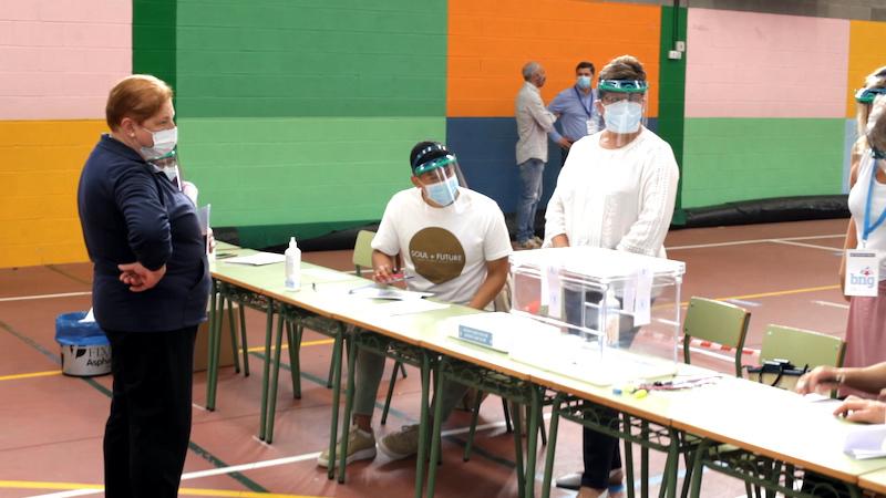 Crece hasta el mediodía la participación en las elecciones gallegas y cae en las vascas