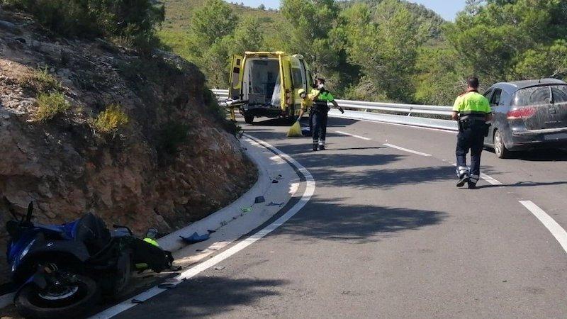Muere el conductor de una moto al chocar con un turismo en una carretera secundaria