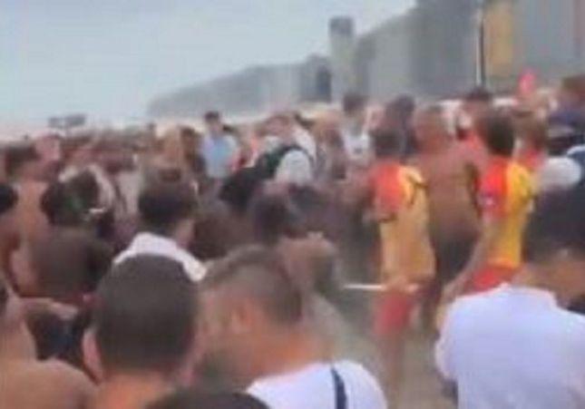 VÍDEO: Violenta pelea en medio de la playa: tumbonas y sombrillas por los aires