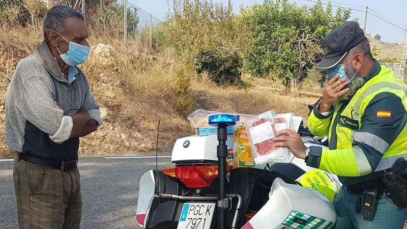 El gesto de un Guardia Civil con un mendigo: va a un supermercado y le regala alimentos