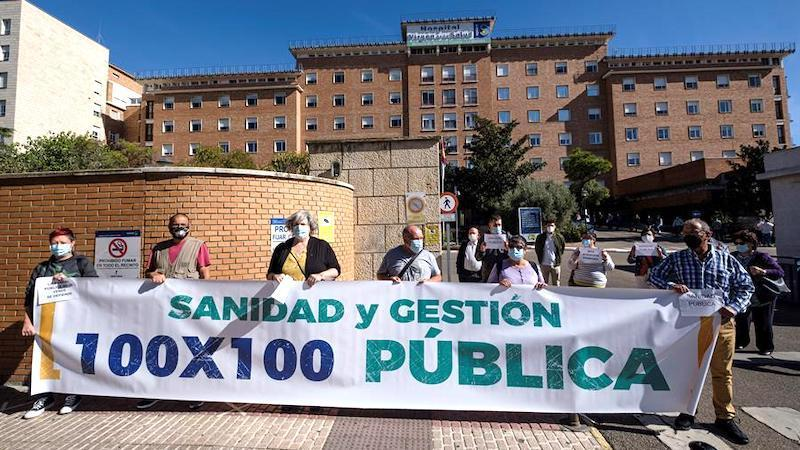 Medio centenar de personas se concentran en Toledo por la sanidad pública