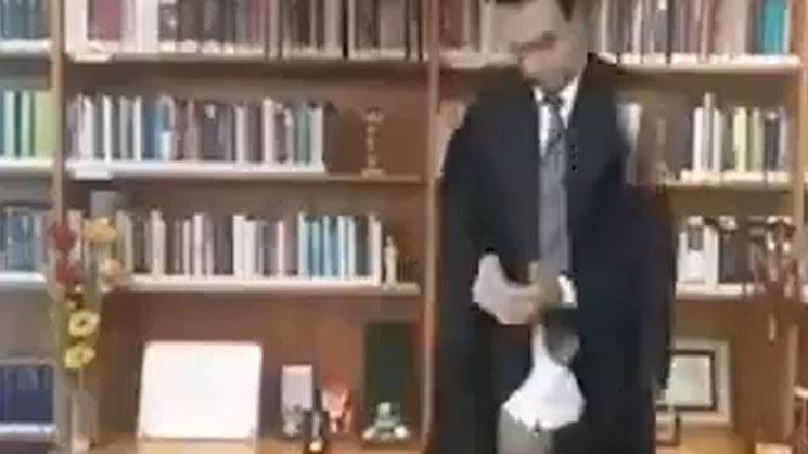 VÍDEO: Un juez aparece en calzoncillos durante una videollamada y se hace viral
