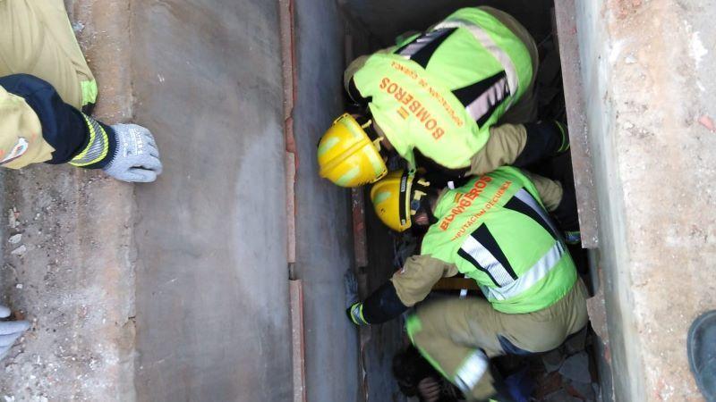 Los bomberos rescatan a una persona de una fosa del cementerio Osa de la Vega
