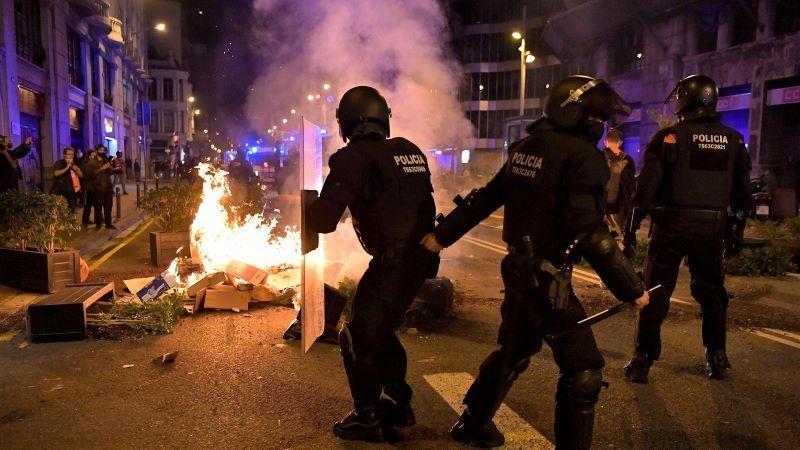 Disturbios contra los confinamientos y récord de contagios en varias comunidades autónomas