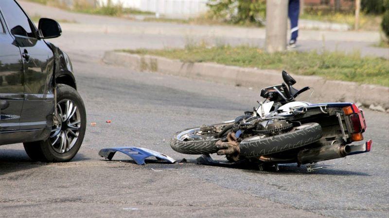 Muere el conductor de una motocicleta tras colisionar contra un turismo en carretera