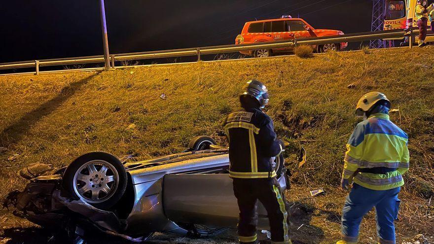 Muere un hombre tras salirse de la carretera el coche que iba conduciendo y volcar