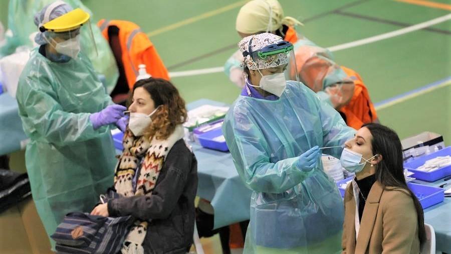 Baja levemente la presión de las UCI y los contagios de coronavirus, pero de forma desigual