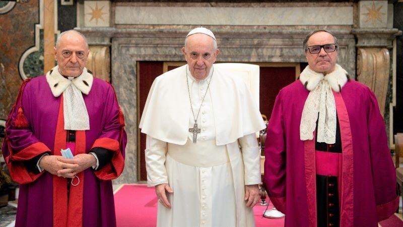 El Papa, con el decano saliente y el entrante