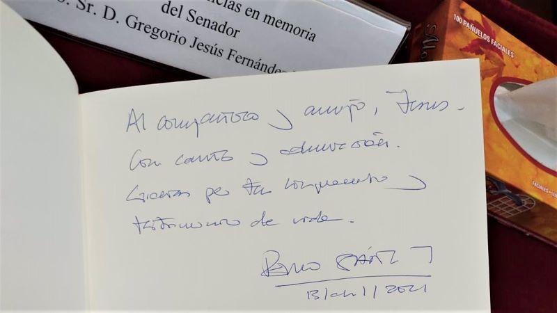 Pedro Sánchez firma en el libro de condolencias de Jesús Fernández Vaquero