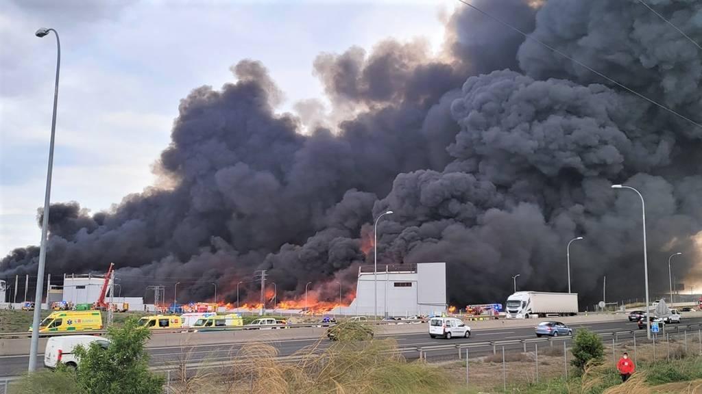 Los bomberos dan por extinguido el incendio de las naves industriales de Seseña