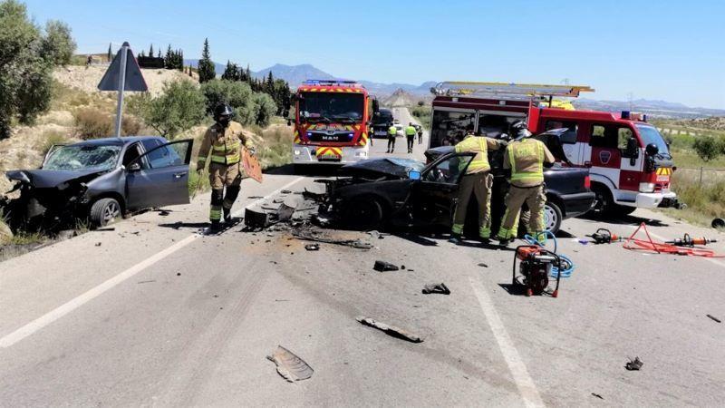 Un fallecido y dos heridos en una colisión frontal entre dos turismos en carretera