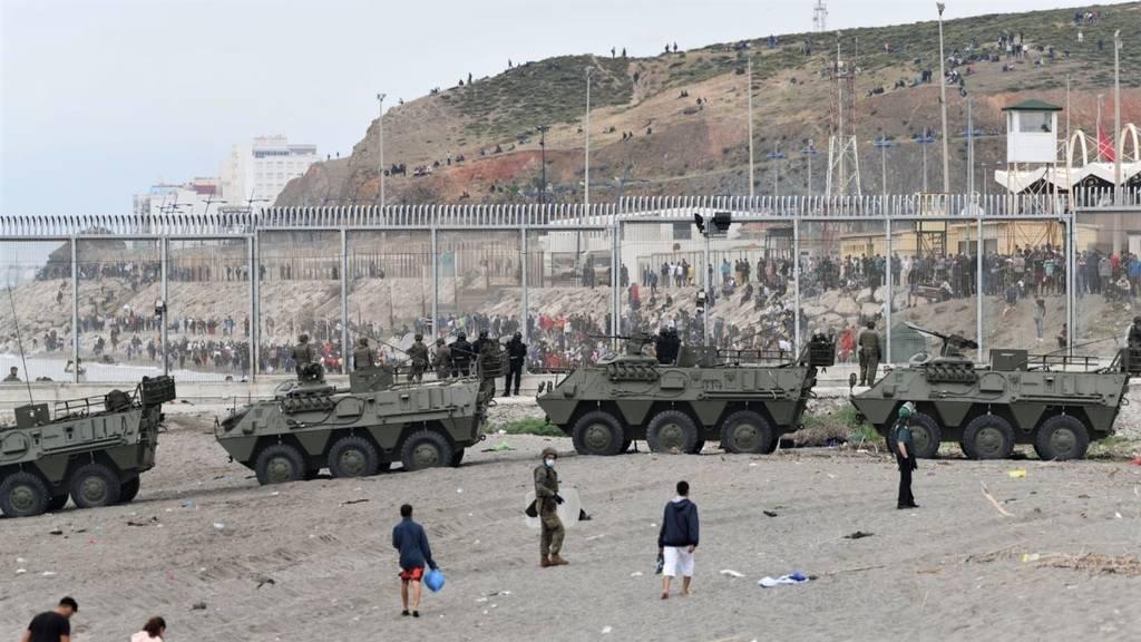 España blinda la frontera de Ceuta tras la llegada masiva de miles de inmigrantes
