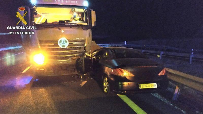 Investigado un conductor por circular en sentido contrario y chocar con un camión